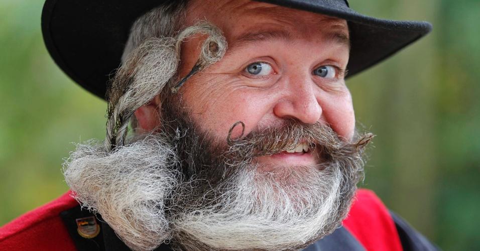 22.set.12 - O cabeleireiro alemão Elmar Weisser, 48, posa para foto antes de participar do campeonato de barba e bigode na França. Ele ganhou a competição em 2011