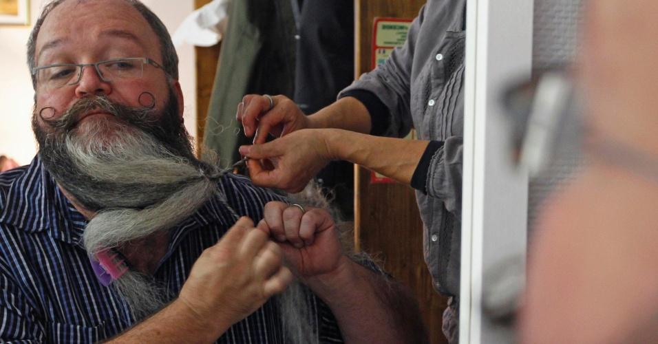 22.set.12 - O cabeleireiro alemão Elmar Weisser, 48, se arruma em seu quarto de hotel para participar do campeonato de barba e bigode na França. Ele ganhou a competição em 2011