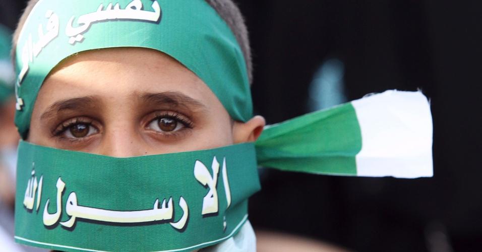 """23.set.2012 - Garoto cobre rosto com os dizeres """"apenas o mensageiro de Alá"""" durante protesto contra  filme que denigre a imagem do profeta Maomé, neste domingo (23), em Sanaa, no Iêmen"""