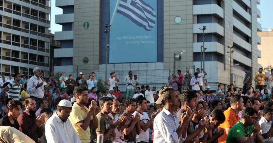 23.set.2012 - Manifestantes muçulmanos oram, neste domingo (23), em Athenas, na Grécia, durante protesto contra  filme que denigre a imagem do profeta Maomé
