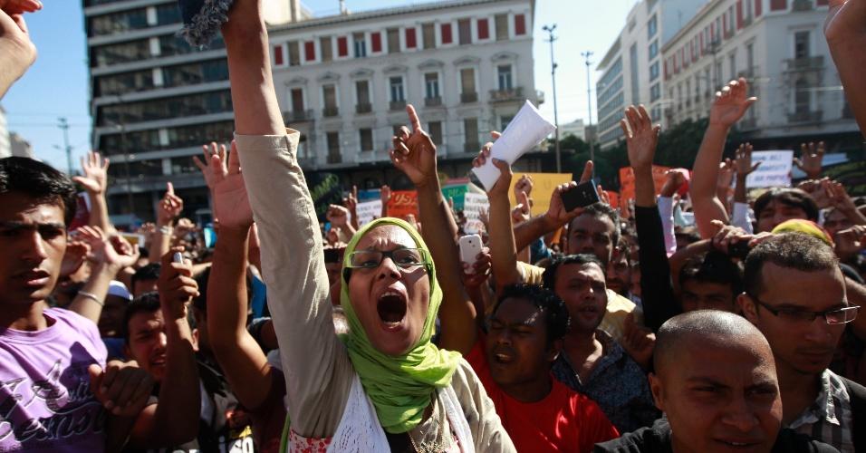 23.set.2012 - Muçulmana participa de protesto contra  filme que denigre a imagem do profeta Maomé, neste domingo (23), perto da embaixada dos EUA em Atenas, na Grécia
