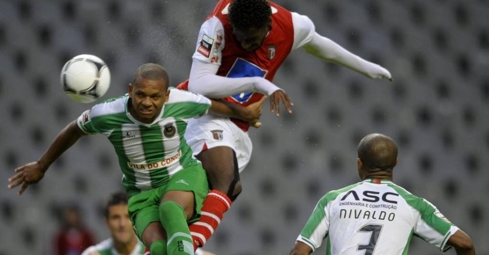 Brasileiro Douglão, do Braga, disputa bola com os também brasileiros Edimar e Nivaldo, do Rio Ave, pelo Campeonato Português