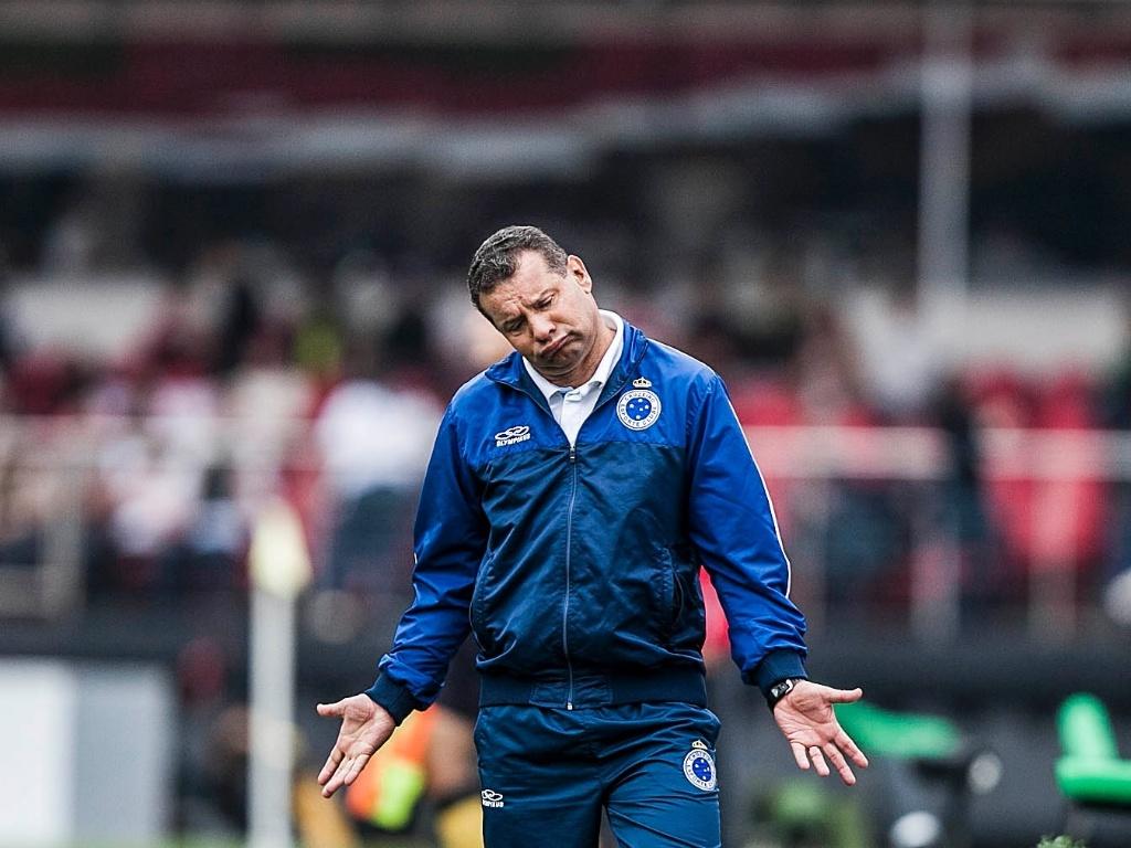 Celso Roth, treinador do Cruzeiro, reclama de lance na partida contra o São Paulo, no Morumbi