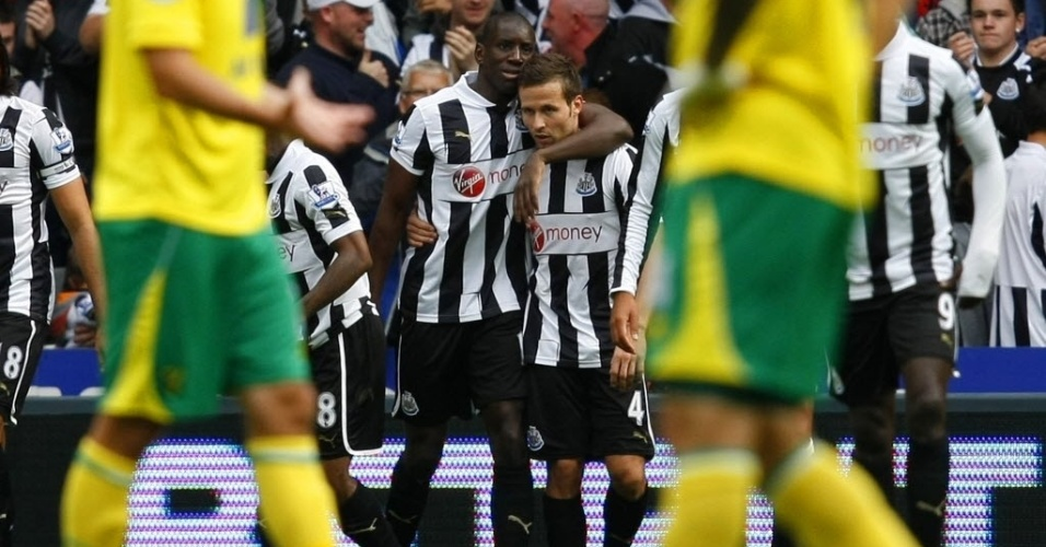 Demba Ba comemora gol marcado na partida entre Newcastle e Norwich City, pelo Campeonato Inglês