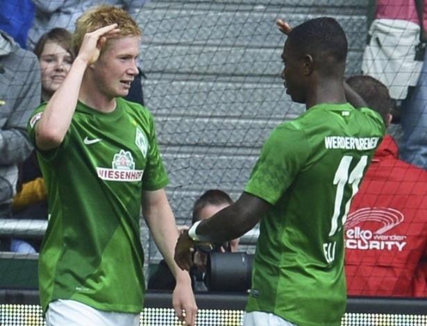 Eljero Elia, do Werder Bremen, comemora com Bruyne gol marcado na partida contra o Stuttgart, pelo Campeonato Almeão