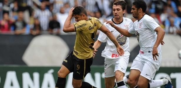 Elkeson fez 2 gols na última vitória do Bota sobre o Corinthians em São Paulo, em 2012