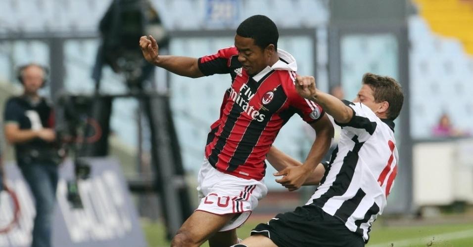 Emanuelson, do Milan, tenta passar pela marcação do rival do Siena