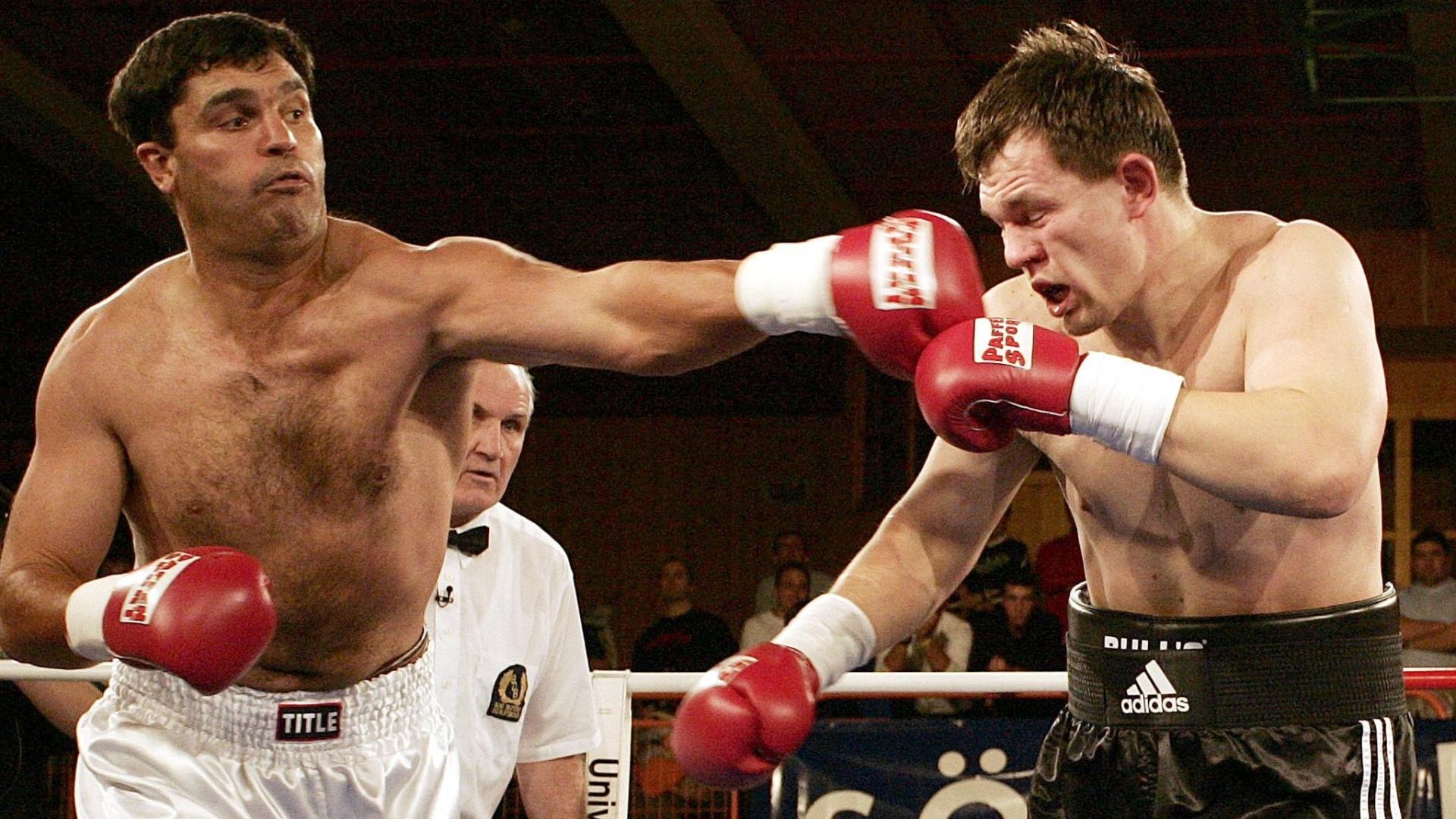 Ex-campeão mundial de boxe Corrie Sanders (esquerda) em luta contra russo Alexei Varakin, em dezembro de 2004. Sul-africano morreu neste domingo, 23/09/2012, após tiroteio em restaurante de Johanesburgo