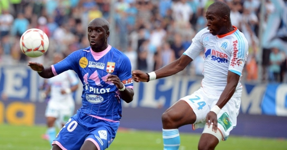Fanni Rod (dir.), do Olympique de Marselha, disputa lance com Sagbo, do Evian, pelo Campeonato Francês