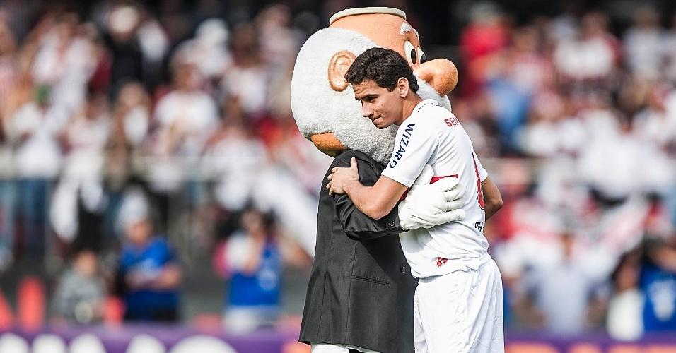 Ganso abraça o mascote do São Paulo após entrar no gramado do Morumbi para ser apresentado aos torcedores