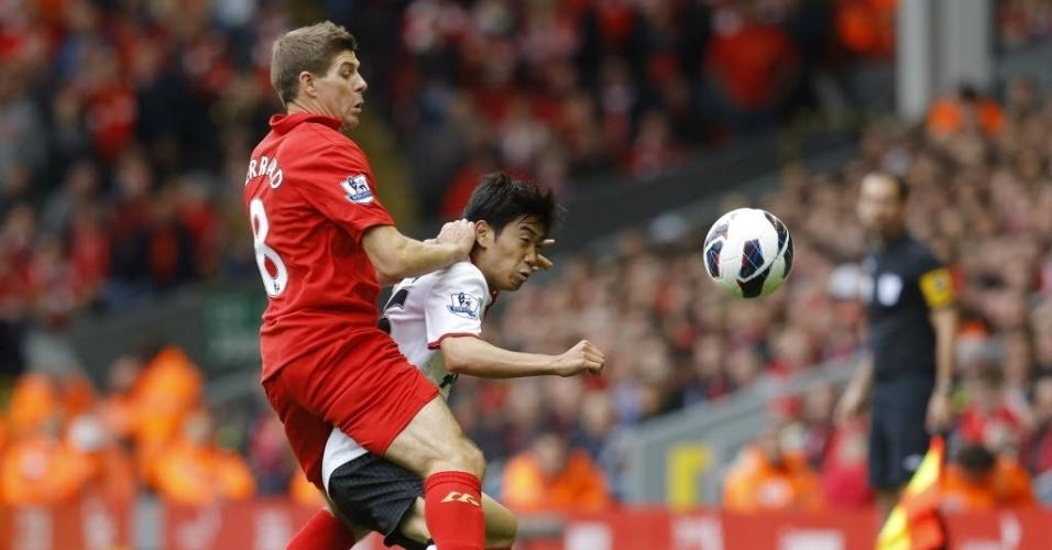 Gerrard (esq), do Liverpool, disputa bola com Shinji Kagawa, do United, durante clássico pelo Campeonato Inglês