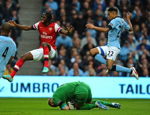 Gervinho, do Arsenal, em lance com o goleiro Joe Hart e o defensor Clichy, do Manchester City, pelo Campeonato Inglês