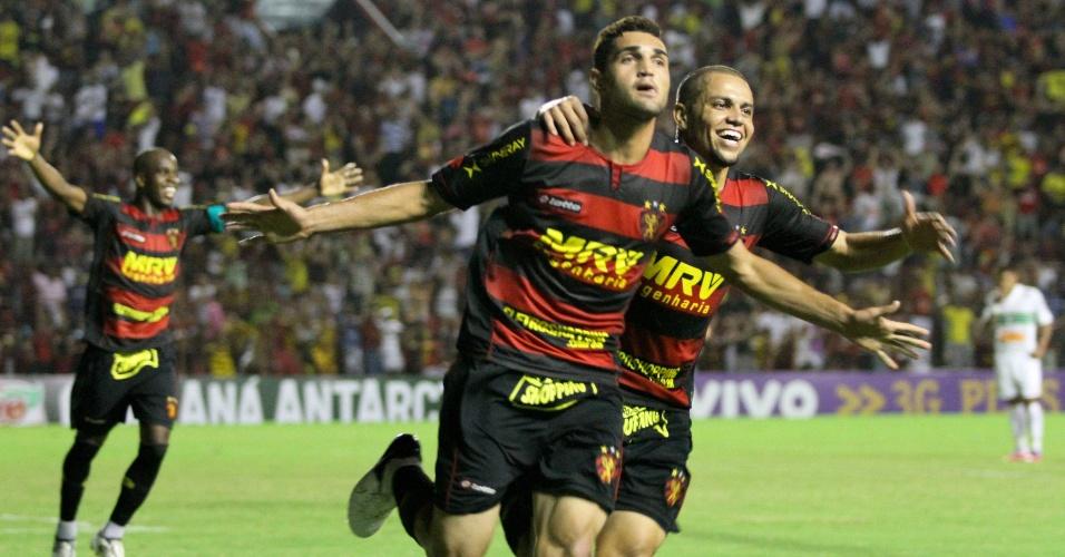 Gilsinho comemora após marcar, de pênalti, o gol que deu a vitória por 1 a 0 do Sport sobre o Coritiba na Ilha do Retiro