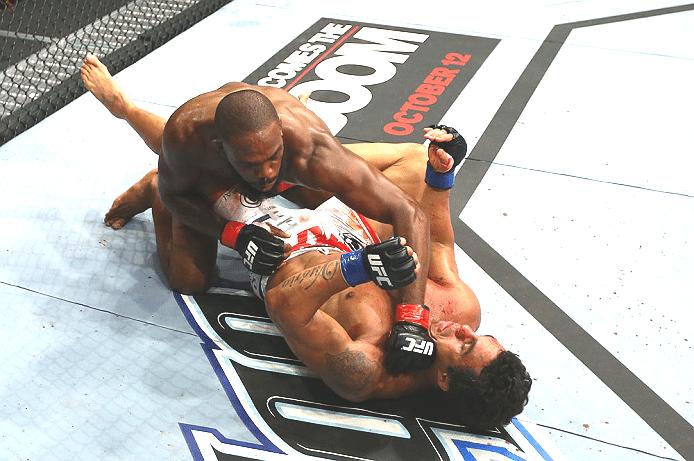 Jon Jones acerta Vitor Belfort no chão durante o UFC 152