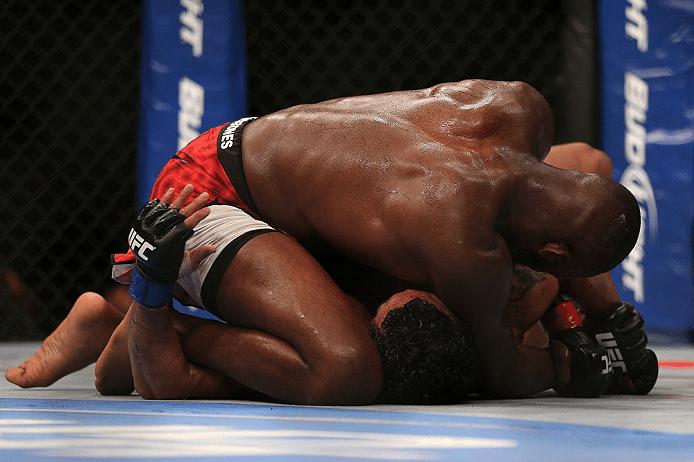 Jon Jones tenta finalizar Vitor Belfort na disputa do cinturão dos meio-pesados no UFC 152