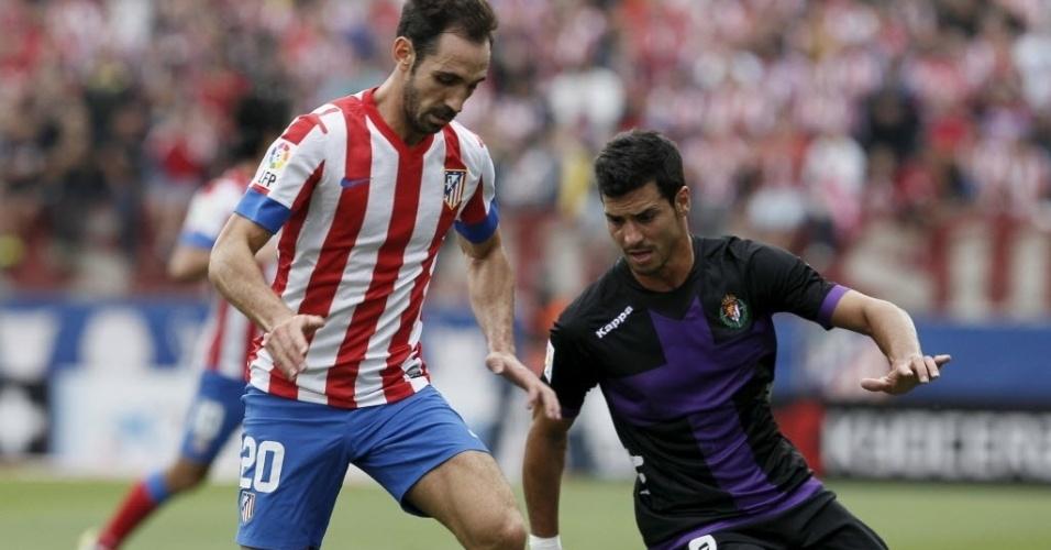 Juanfran Torres, do Atlético de Madri, controla a bola com a marcação de Guerra, do Valladolid, pelo Campeonato Espanhol