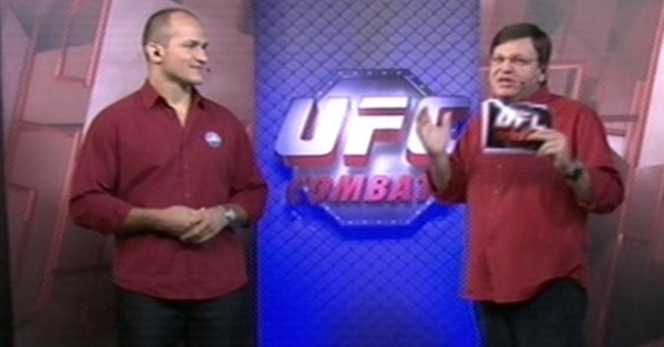 Junior Cigano ao lado do apresentador Sergio Maurício na transmissão do UFC 152 na Globo