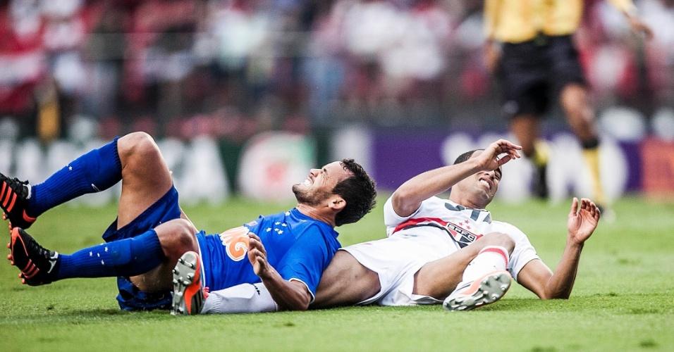 Lucas, do São Paulo, cai em lance Marcelo Oliveira, do Cruzeiro, em joga válido pela 26ª rodada do Brasileirão