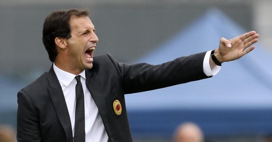 Massimiliano Allegri, técnico do Milan, orienta a equipe no duelo contra a Udinese
