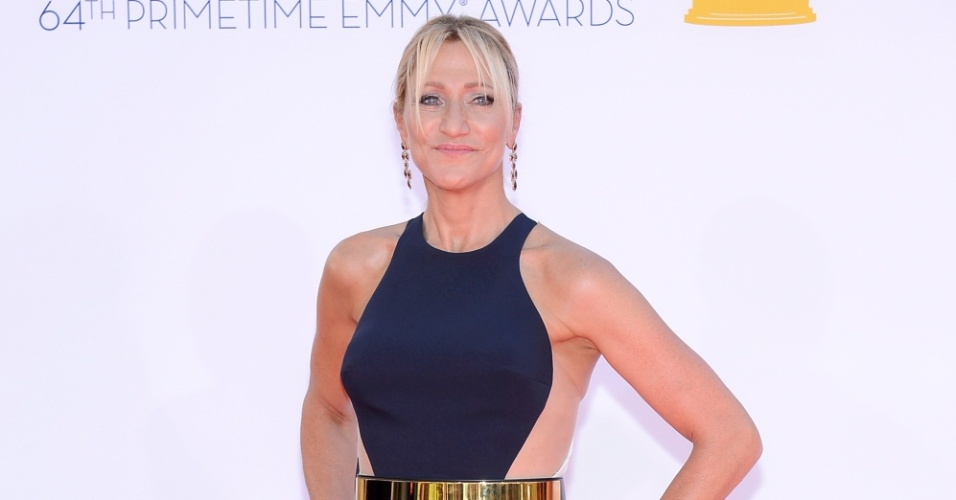 O vestido bicolor Stella McCartney de Edie Falco é azul na parte da frente e branco na parte de trás. O cinto dourado complementou o look