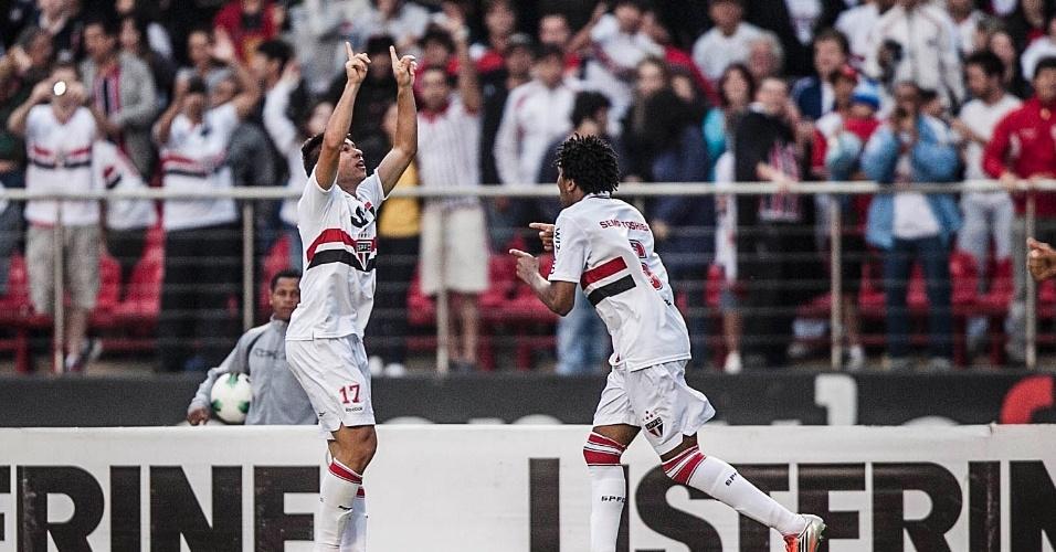 Osvaldo comemora gol de cabeça na partida entre São Paulo e Cruzeiro