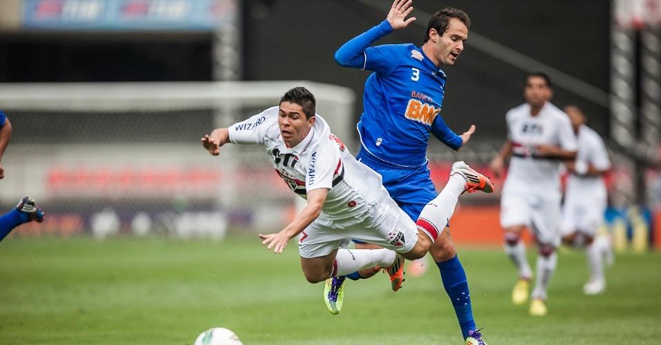 Osvaldo, do São Paulo, disputa lance com Thiago Carvalho, do Cruzeiro