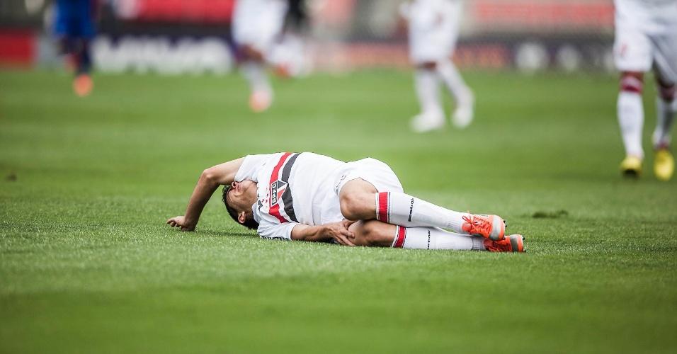 Osvaldo fica no chão após lance com o goleiro Fábio na partida entre São Paulo e Cruzeiro, no Morumbi
