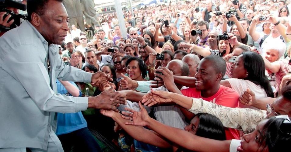 Pelé foi recebido com grande festa pelo moradores locais em sua terra natal (23/09/2012)