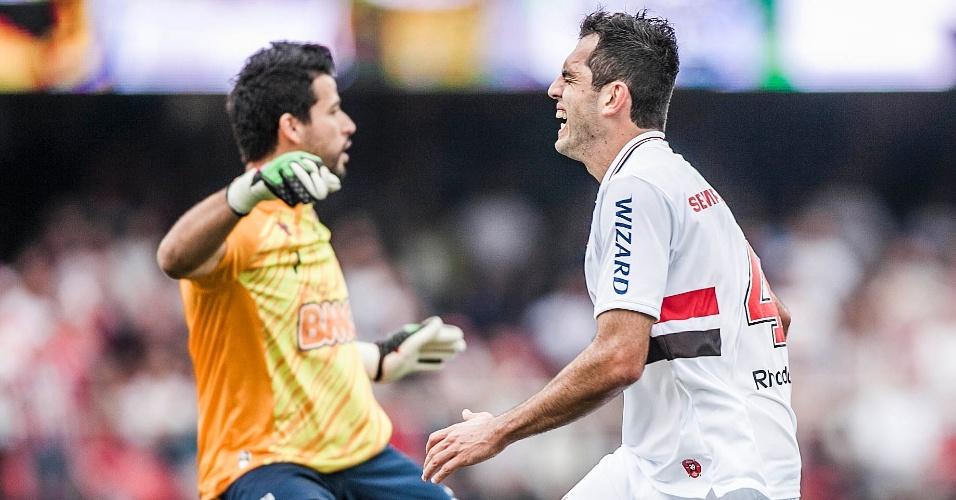 Rodolfo lamenta lance perdido diante do goleiro Fábio, em partida entre São Paulo e Cruzeiro, no Morumbi