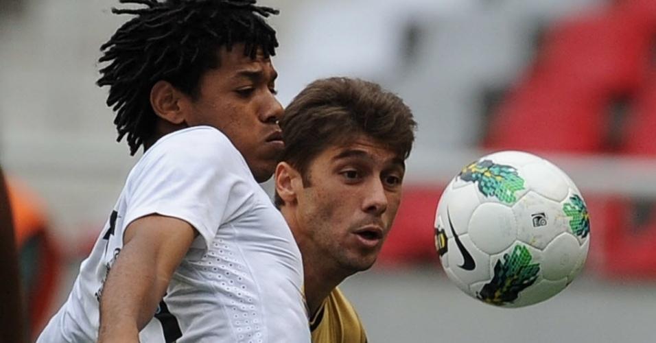 Romarinho e Felipe Gabriel disputam a bola na partida entre Botafogo e Corinthians, pela 26ª rodada do Brasileirão