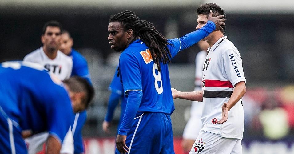 Tinga e Osvaldo na partida entre São Paulo e Cruzeiro pela 26ª rodada do Brasileirão