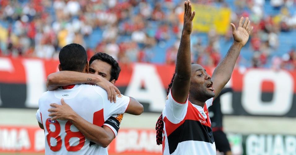 Vágner Love comemora gol marcado por Cléber Santana na partida do Flamengo contra o Atlético-GO