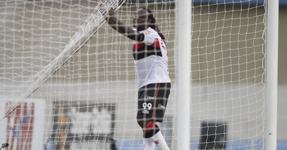 Vágner Love perdeu um pênalti na vitória do Flamengo diante do Atlético-GO por 2 a 1