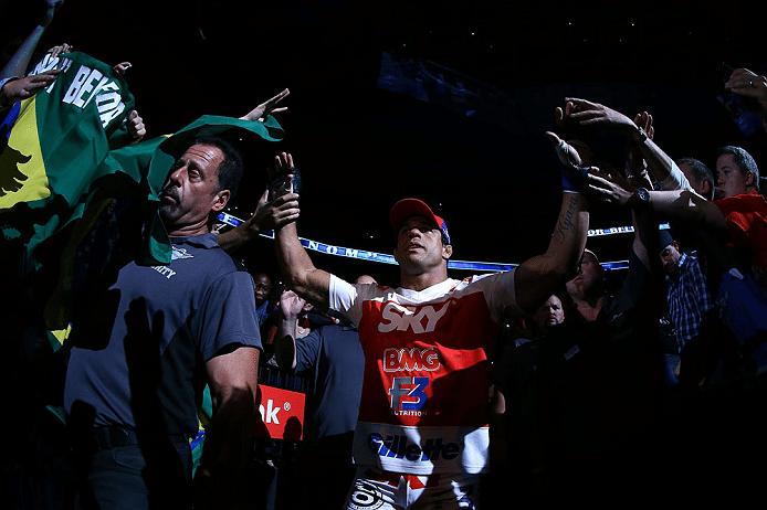 Vitor Belfort é aclamado pelos torcedores em sua entrada no UFC 152