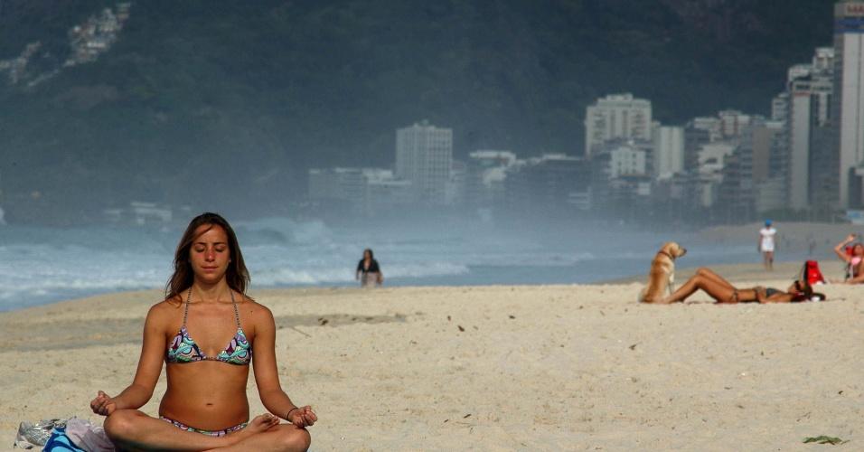 24.set.2012 - Banhistas aproveitam dia de sol na praia de Copacabana, no Rio de Janeiro, na manhã desta segunda-feira