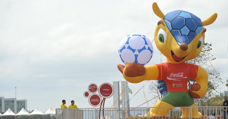 24.set.2012 - Boneco inflável de 7 metros de altura, representando o mascote de Copa do Mundo de 2014, aparece na Esplanada dos Ministérios, em Brasília. O mascote ficará exposto durante 21 dias no local