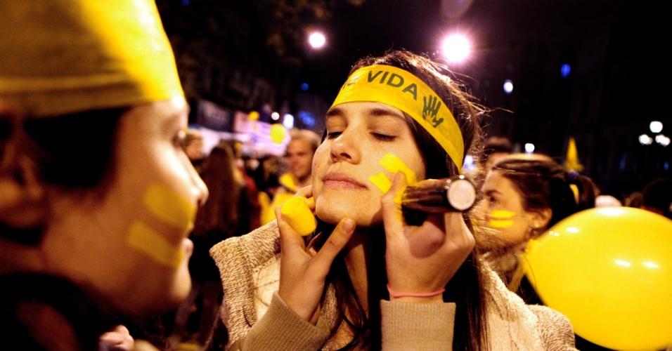 24.set.2012 - Centenas de pessoas participam da marcha ?pela vida? em Montevidéu, Uruguai. A manifestação foi convocada por grupos contrários ao projeto de despenalização do aborto que será debatido pelo parlamento federal uruguaio na terça-feira (25)