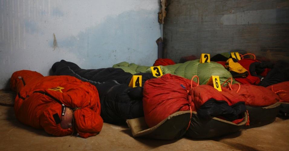 24.set.2012 - Corpos de turistas estrangeiros que morreram neste domingo (23) em avalanche no monte Manaslu, a oitava maior montanha do mundo, na cordilheira do Himalaia no Nepal, são mantidos no hospital da Universidade de Tribhuvan para autópia, nesta segunda-feira (24)