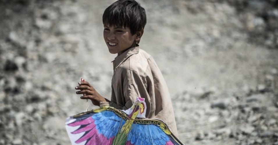 24.set.2012 - Criança afegã recebe pipa doada por soldados franceses nos arredores Naghlu, perto da base militar da França no Afeganistão. Os brinquedos foram produzidos por uma associação de estudantes franceses