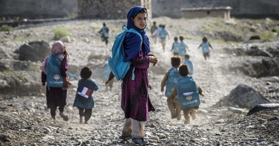 24.set.2012 - Crianças afegãs se divertem com pipas doadas por soldados franceses nos arredores Naghlu, perto da base militar da França no Afeganistão