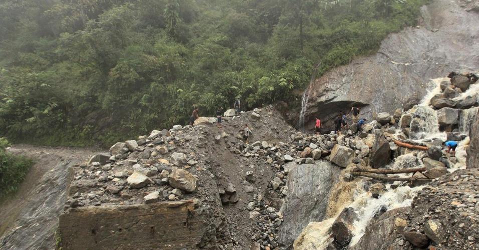24.set.2012 - Equipes de resgate trabalham em região afetada por deslizamentos de terra causados por enchentes em Chungthang, Mongon (Índia)