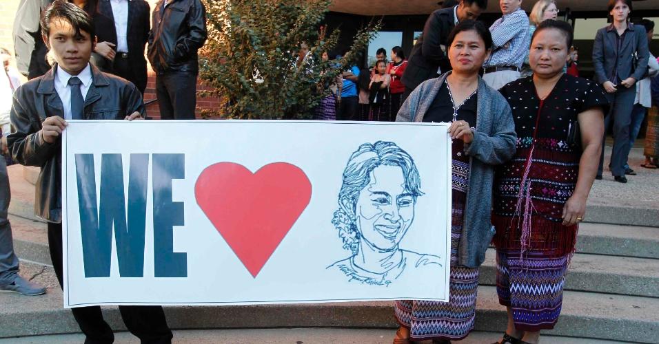 24.set.2012 - Ex-cidadãos birmaneses demonstram seu apoio à Nobel da Paz de Mianmar, Aung San Suu Kyi, que participou de evento da Universidade de Louisville, em Louisville, nos Estados Unidos