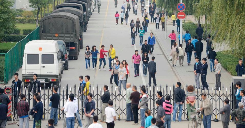 24.set.2012 - Foxconn fechou temporariamente nesta segunda-feira (24) uma fábrica em Taiyuan, norte da China, após cerca de 2.000 operários se envolverem em um confronto em um dormitório da empresa. A agência oficial Xinhua informou que cerca de 5.000 policiais foram enviados para encerrar a violência. Imagens feitas do lado de fora do complexo mostraram uma linha de caminhões militares verde oliva estacionados dentro da unidade