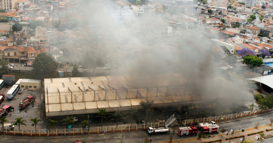 24.set.2012 - Incêndio de grande proporção atinge galpão em São Caetano do Sul