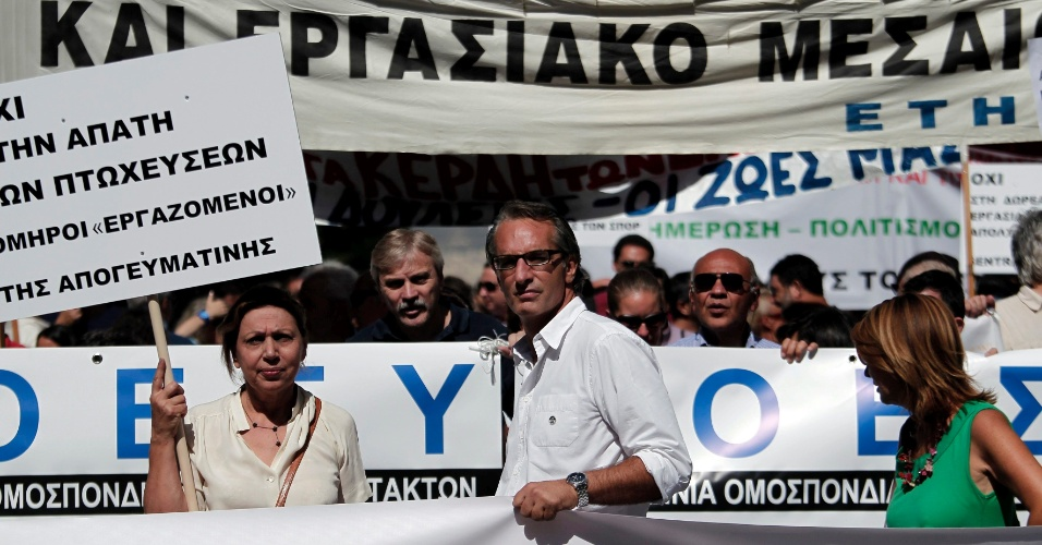 24.set.2012 - Jornalistas gregos em greve exibem faixas e cartazes em protesto contra medidas de austeridade que afetam diretamente a categoria, em Atenas, na Grécia