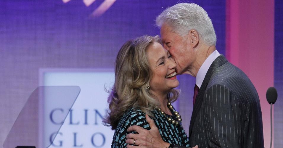 24.set.2012 - O ex-presidente dos Estados Unidos Bill Clinton beija sua mulher, a secretária de Estado norte-americana, Hillary Clinton, ao anunciar seu discurso durante a Clinton Global Initiative (Iniciativa Global Clinton), em Nova York, nos Estados Unidos
