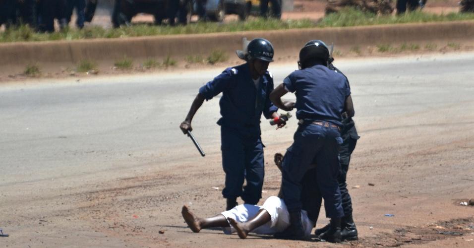 24.set.2012 - Policiais agridem manifestante durante protestos contra a morte de um jovem opositor ao governo, em Conacri, Guiné