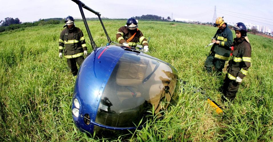 24.set.2012 - Um helicóptero fez um pouso forçado no Parque Ecológico do Tietê, localizado no km 17 da Rodovia Ayrton Senna, em Guarulhos, na Grande São Paulo. O Corpo de Bombeiros enviou quatro viaturas ao local, mas os dois tripulantes não sofreram ferimentos. Os bombeiros ainda não têm informações sobre o que forçou o piloto a aterrisar