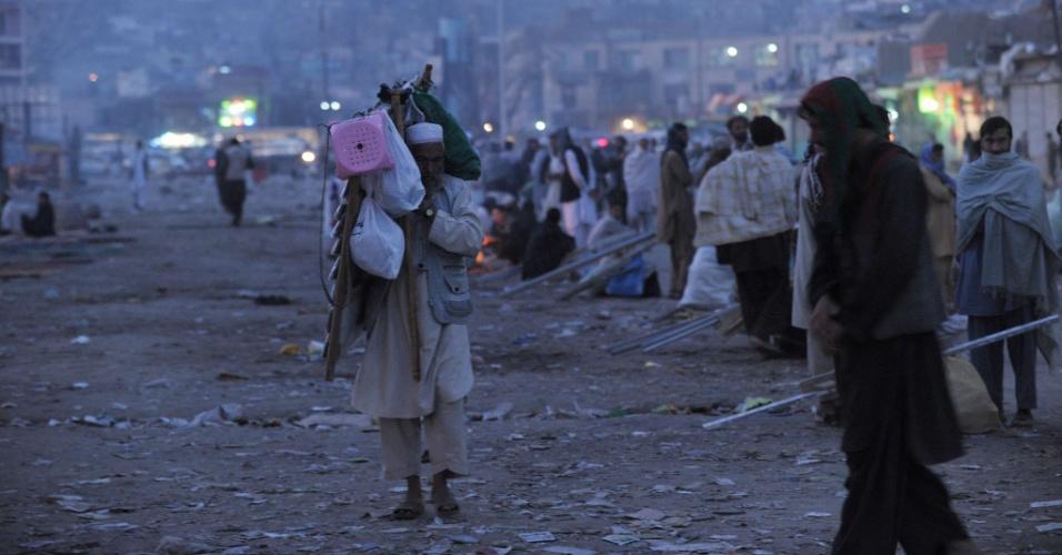 24.set.2012 - Vendedor ambulante caminha carregando a mercadoria enquanto busca local para montar um estande móvel na madrugada desta segunda-feira (24), em Cabul (Afeganistão)