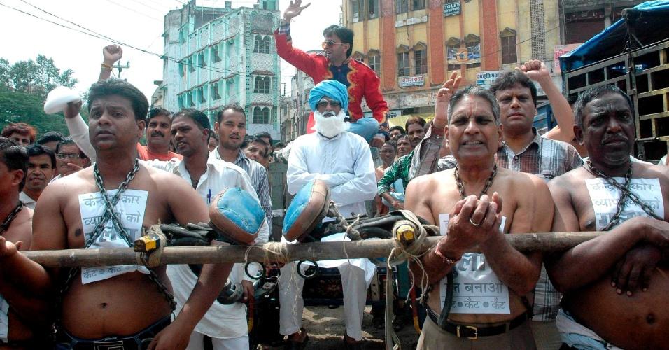 24.set.2012- Manifestantes protestam contra decisão do governo de abrir setor de varejo do país a empresas estrangeiras, em Bhopal, Índia